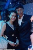 搜狐娱乐讯 日前,高圆圆穿深V露腰裙出席某时尚晚会,与何润东热聊、贴身合影玩自拍十分兴奋。