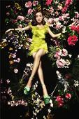 搜狐娱乐讯  近日,内地人气女星李晟拍摄一组夏日绚丽大片。片中妆容精致的李晟置身花海中,在花簇的映衬...
