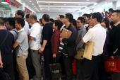 9月9日,山东济南,公积金服务大厅内挤满了办理公积金提取手续的民众。9月初济南市发布公积金提取新政并...