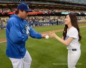 搜狐韩娱讯 少女时代成员Tiffany受邀L.A.Dodgers球队前往美国洛杉矶,携手韩国棒球选手...