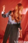 近日,Jessica郑秀妍受某国际时尚杂志邀约拍摄了一组时尚大片。在迷幻朦胧的光线下Jessica突...