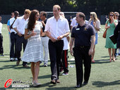 2012年7月26日,2012年伦敦奥运会前瞻:威廉王子与凯特王妃大秀足球技艺。