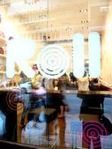 坐落衫铺林立的加连威老道,充满和风格调的日式卷蛋专门店Roll显得份外抢眼,连米珠莲也不禁被吸引入...