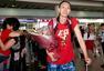 组图:女篮众将载誉归来 马赫走出机场面带喜色