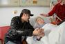 吴秀波探望84岁患病粉丝 拉钩相约场面感人