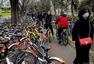北京街头共享单车随处可见 忙坏了维修师傅