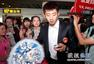 高清:国乒凯旋抵京 张继科受追捧美女粉丝热情