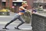 组图:嫩模街头露健美马甲线 跑步压腿姿式吸睛