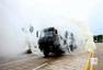 解放军重装部队集结沿海 炮管林立