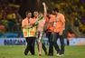 高清图:巴西晋级球迷也疯狂 高举国旗半裸冲场