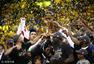 高清图:勇士4-1骑士夺总冠军 勇士队员捧杯瞬间