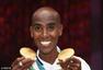 高清图:长跑王法拉赫展示双金牌 吐舌卖萌拍照