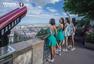 高清图:中国宝贝亮相巴黎 天台露美背大秀曲线