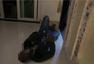 黑人毒贩躲在暗处 让广州警察一顿找