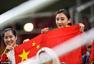组图:何雯娜李丹观战男子决赛 举国旗笑靥如花