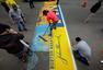 组图:波士顿马拉松即将开跑 工作人员紧张铺设