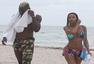 巴神与未婚妻海滩戏水 阳台上半裸霸气叼烟(图)