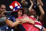 高清图:美国摘男排铜牌 众将身披国旗绕场庆祝