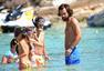 高清图:皮尔洛享受悠长假期 海滩度假偶遇粉丝
