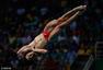 高清图:跳水男子三米板曹缘摘金 空中转体完美
