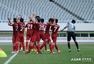 高清:东亚全队鞠躬感谢恩师根宝 球迷标语致谢