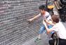 """成都宽窄巷子现""""涂鸦墙"""" 被游客写满字"""