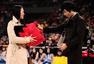高清:球迷参与搜狐投篮游戏 获赠巨型狐狐玩偶