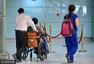 斯琴高娃腿脚不便气质依旧 机场获轮椅服务
