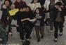 吴奇隆现身机场遭粉丝围堵 边走边签名心情靓