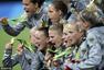 高清图:德国女足首夺奥运冠军 队员开心咬金牌