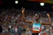 8月23日,肯尼亚选手南希・兰加特在比赛中冲过终点。当日,兰加特在北京奥运会女子1500米决赛中夺得金牌。新华社/摄