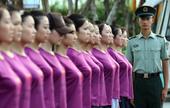 10月2日,广州亚运会开闭幕式引领使者在部队教官的带领下进行军训。广州亚运会开闭幕式引领使者选拔活动...