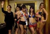 """10月23日,拉斯韦加斯一所脱衣舞俱乐部,性感女郎正在举行一场""""佩林""""模仿秀。"""