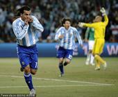 北京时间6月28日凌晨2点30分,2010南非世界杯第4场1/8决赛开战。在约翰内斯堡的足球城体育场...