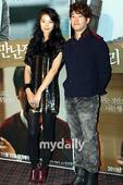 11月17日下午,韩国影片《我们见过面吗?》媒体首映仪式在首尔往十里CGV影院举行,影片主演尹素伊与...