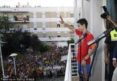 2010年7月13日,西班牙,2010世界杯西班牙冠军成员22号边锋纳瓦斯在家乡接受热情祝贺。