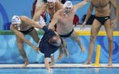 8月24日,在北京奥运会男子水球决赛中,匈牙利队14-10战胜美国队,夺得冠军。