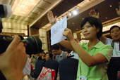 2008年8月22日,发布会上记者踊跃提问。搜狐体育 原生猪/摄