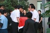 搜狐娱乐讯 央视著名播音员罗京的追悼会正在举行,罗京的妻子刘继红眼含热泪送别丈夫。