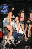 2009年8月7日讯,台北,日本著名AV女优星野美优和台湾首位公开穿C字裤女星安心亚昨晚(8月6日)...