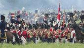 6月21日,来自欧洲各地的1200多名历史爱好者聚集在比利时的滑铁卢平原,重新再现了拿破仑时代的最著...