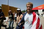 8月22日,北京奥运会男子沙排美国组合最终夺魁,巴西包揽银铜。图为赛后兴高采烈的各国观众。摄影 唐怡民