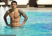 在2011年卡塔尔亚洲杯的半决赛前,澳大利亚国家队进行了放松恢复训练,不少球员都选择去游泳放松。而在...