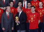 2010年7月12日,西班牙马德里,西班牙国家队在马德里王宫授奖。