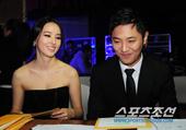 2010青龙奖红毯,陈久韩惠珍携手颁发最佳男配角奖。