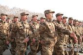 由于元旦过后这个师将展开阅兵,新兵也将在阅兵中亮相,他们在这个假期中甘愿牺牲娱乐时间,加班加点训练。...