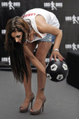 巴西当地时间7月13日,在南非世界杯上大出风头的巴拉圭名模拉里萨-里克尔梅在圣保罗靓丽出镜拍摄广告。...