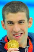 8月15日,菲尔普斯在男子200米混合泳比赛中,夺得了个人第六金。图为赛后颁奖。搜狐体育 程宫/摄