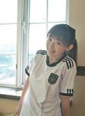 北京时间7月5日,南非世界杯。近日,一位靓丽女孩身着德国队服,拍摄了一组力挺德国队的写真,俏皮可爱的...