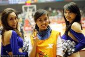 2009年10月27日,2009年第十一届全运会男篮半决赛,篮球宝贝热舞助阵。搜狐体育-京津/摄